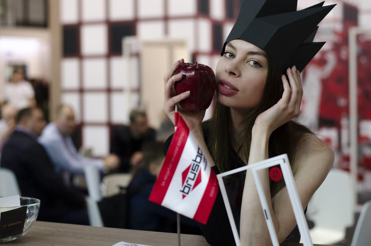 БРУСБОКС девушка с яблоком